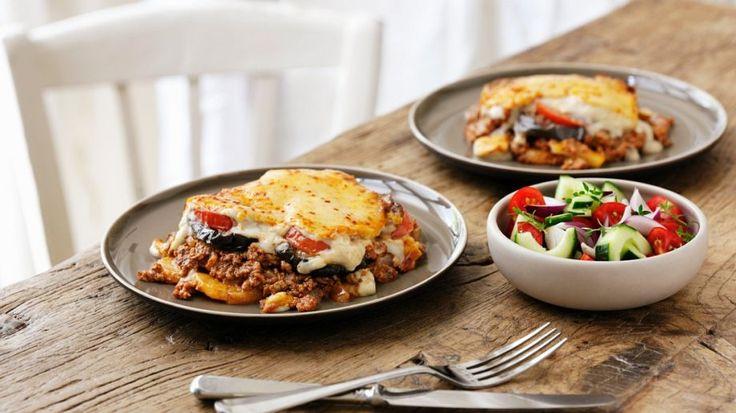 Ein griechischer Klassiker, der unbedingt probiert werden muss: Griechische Moussaka  http://eatsmarter.de/rezepte/griechische-moussaka-0