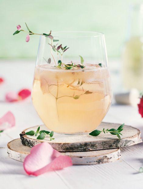 Rosen-Thymian-Spritz          Zutaten: Für den Thymian-Sirup (am besten 3 Tage vorher ansetzen): ½ Bund Thymian (ca. 25 g), 375 ml Wasser, 500 g Diamant Sirupzucker. Für den Rosen-Thymian-Spritz: 750 ml trockener Rosé-Sekt (gekühlt), 750 ml Mineralwasser (gekühlt),  250 ml Thymian-Sirup (gekühlt), 5 TL Rosenwasser, 1–2 Zweige Thymian, Eiswürfel.     Zubereitung: Thymian-Sirup: 1. Thymian waschen. Diamant Sirupzucker in heißem Wasser auflösen und aufkochen, bis die Lösung klar ist. Über den…