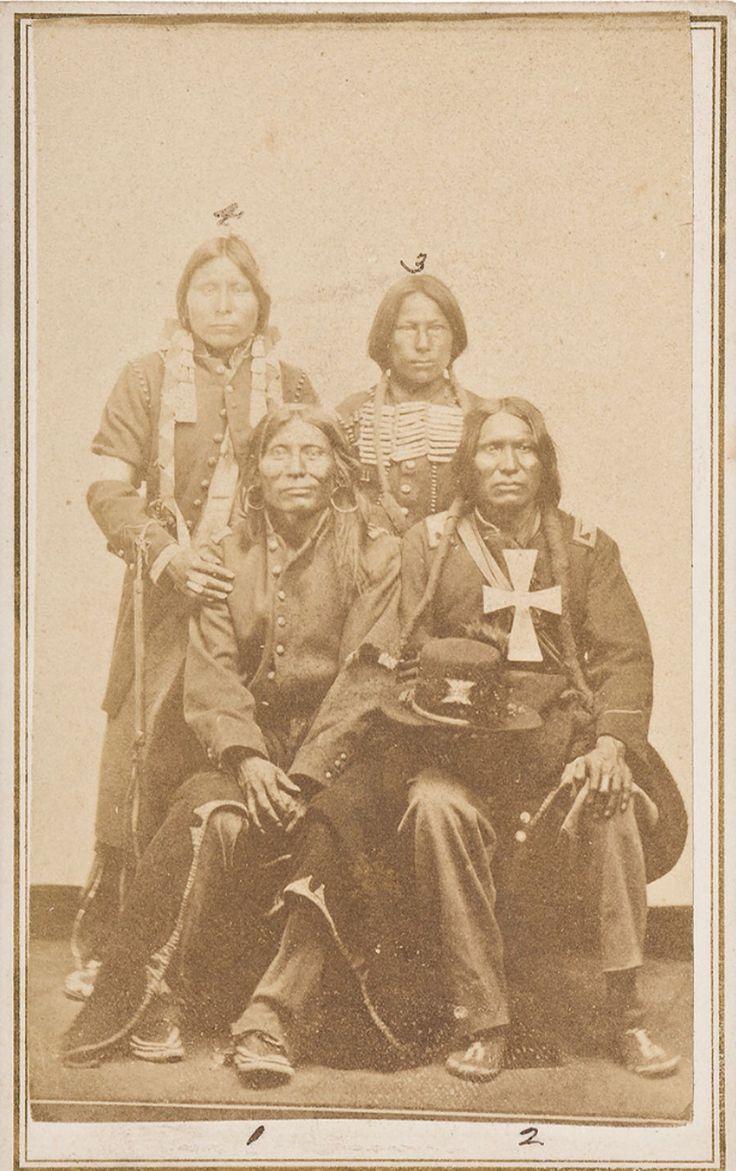 Фотография четырёх индейцев Сиу из John Painter Collection of American Indian & Western Photography. Идентифицированы как: 1. Big Wind 2.Bad Horse 3.Black Kettle  4. Spotted Dog.  Cowan's 6/10/2016 - American History.