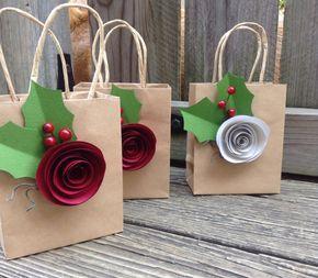 Questo elenco è per un sacchetto regalo come mostrato. Questi sacchetti regalo adorabile sono perfetti per ogni occasione! Misurano 5.5 x 4,5, 8 x 10 o vino borse. È possibile selezionare la dimensione desiderata al momento del pagamento. Essi sono costituiti da sacchetti regalo carta pesante di alta qualità, e pesanti martellata Rose stock di carta. Ogni sacchetto ha una mano fatta a spirale taglio rosa, due fogli di verde dellagrifoglio e le bacche dellagrifoglio.  Queste borse sono ideali…