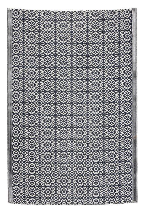 Mønstret teppe som kan brukes utendørs på balkongen eller altanen. <br><br>100% polypropylen<br>Rengjøres ved støvsuging, Rengjøres ved spyling med vann.
