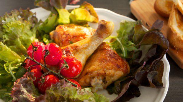 Tento recept od Karolíny Kamberské bude milovat celá rodina. Dozlatova upečené kuřátko, salát a pečená cherry rajčátka. Dobrou chuť:)