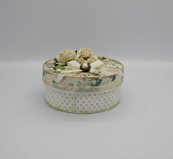So Sie eine hübsche Halskette kaufte, aber Sie keine schöne Geschenkbox haben, also warum keinen handgefertigten zu kaufen, das funktioniert auch als Schmuckbox. Dieses süße kleine Ding besteht aus einer weißen Pappschachtel Vorlage und verklebt auf schöne Papiere, blass gelbe Rosen, Bänder und Messing und Perlmutt Schmuck   Die Größe ist ca. 8 cm (ungefähr 3 Zoll) breit und 4 cm hoch (fast 2 Zoll) Dieses Feld wäre perfekt für ein Schmuck-Set oder kleine Andenken…