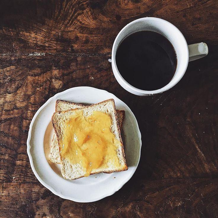 A me piacerebbe avere tanti props da mettere nelle mie foto ma sono disordinata ed ho già la casa in stato pietoso ma quando avrò il mio studio andrà meglio.  Per adesso godiamoci questa foto piuttosto minimal della mia colazione la marmellata di arance è l'unica che mi piace avvero a voi piace la marmellata? Qual'è la vostra preferita?  ________ #iphotofr #iphoneography #breakfastlover #slowliving #coffeeaddict