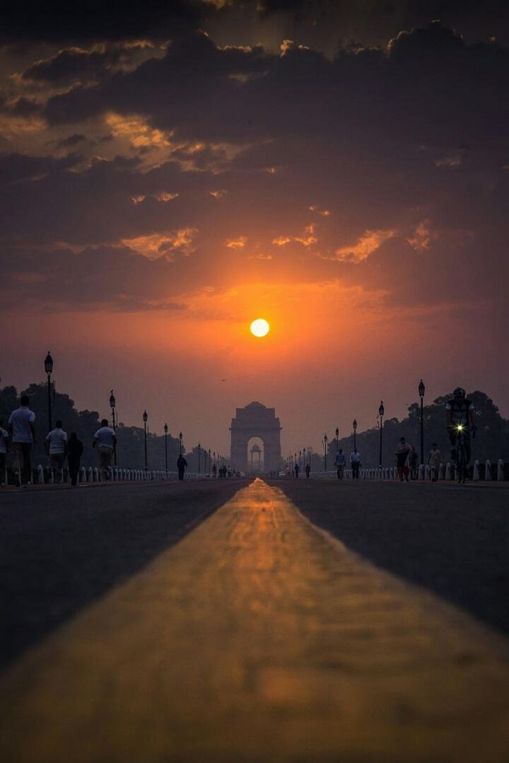 The India gate basks in the glory of the rising Sun.
