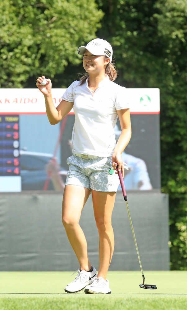 首位に2打差の3位から出た森田遥(21=フリー)が、6バーディー、1ボギーの67で回り、逆転でツアー初優勝を飾った。この優勝でプロテストを経ず、日本女子プロゴルフ協会の入会資格を得た。姜秀衍(カンスーヨン)(41=韓国)が1打差の2位。工藤遥加(24=セガサミーホールディングス)は74と落とし、通算2アンダーの19位だった。
