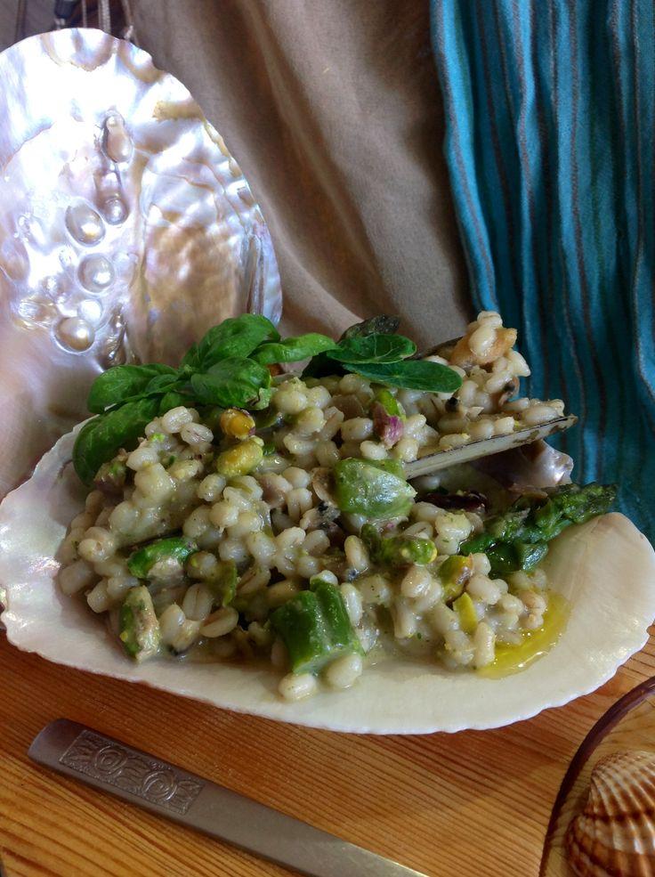 Ovvero: Orzo al pesto di nasturzio e pistacchi con vongole, cannolicchi ed asparagi.  http://lovelycake-gatta.blogspot.it/2013/08/orzo-destate-ovvero-orzo-al-pesto-di.html