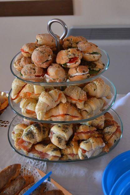 Minicroissant salati farciti ai saluti e panini alle olive con robiola