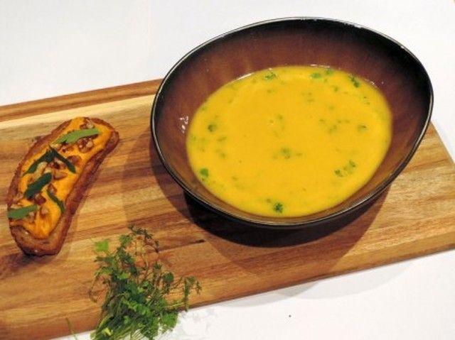 Recept: Wortel seldersoep met crème van wortel, walnoten en korianderzaad