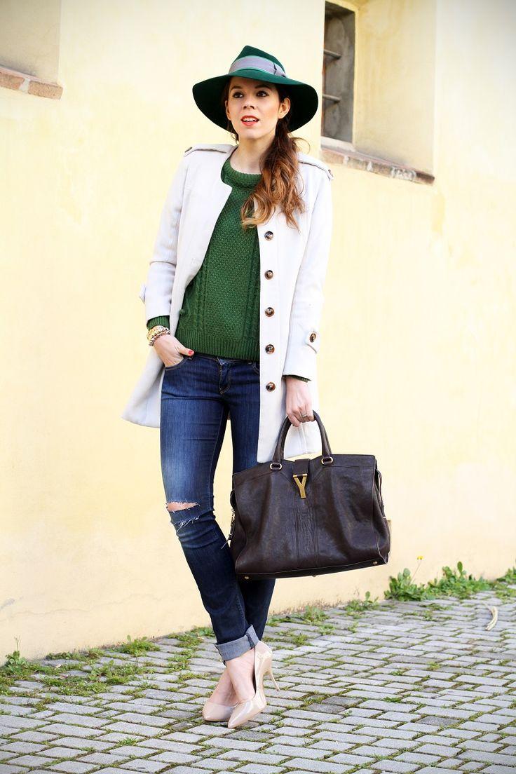 #fashion #fashionista Irene jeans strappati da solo cappotto bianco outfit look streetstyle ispirazione decollete nude maglione verde irene colzi irene s closet