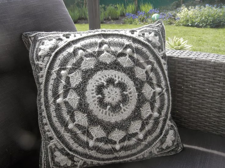 Sophie\u0027s Garden in Ebony \u0026 Ivory see link in post to free crochet pattern   & 414 best Coussins / Cushion images on Pinterest   Crochet cushions ... pillowsntoast.com