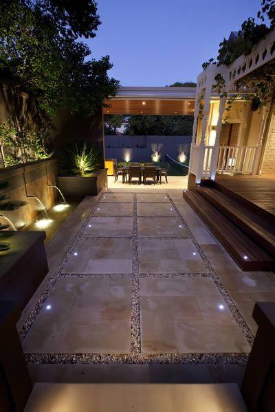las luces empotradas de piso en tonalidad blanca le otorgan a los espacios exteriores