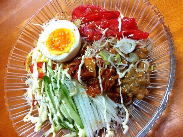 納豆、キムチ、トマトサラダ、中華くらげ、半熟卵、みんな乗っけ蕎麦 - 90件のもぐもぐ - よくばりネバ蕎麦サラダ(^O^) by momomurasaki