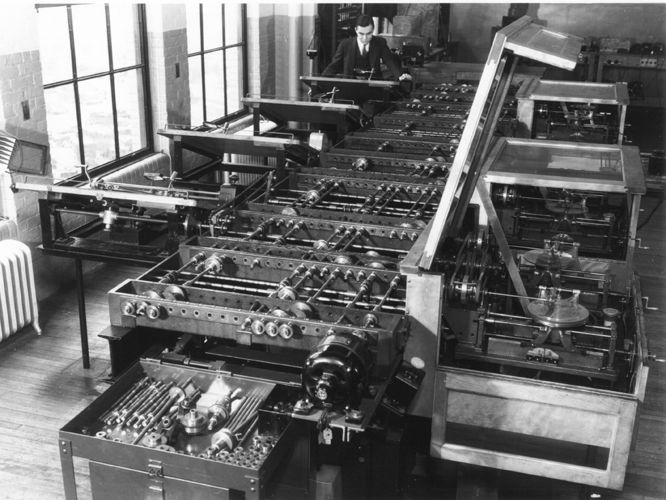 MIT Differential Analyzer (1930).