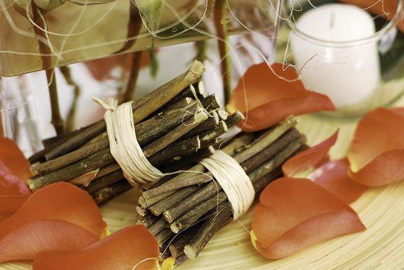 #Amor #eterno Pequeños trozos de tronco y delicados pétalos rojos.