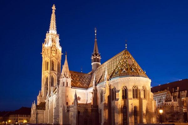 Matthiaskerk  De 80 meter hoge Matthiaskerk op het Drievuldigheidsplein in Boeda is de bekendste, en een van de oudste kerken van de Hongaarse hoofdstad. De oorspronkelijke constructie, die officieel Onze-Lieve-Vrouwekerk heet, werd opgetrokken in 1255. Tussen 1873 en 1986 werd het gebouw gerenoveerd en werden de typische, neogotische stijlelementen aangebracht. Opvallend: in 1867 werd het Oostenrijkse keizerspaar Frans-Jozef en Elisabeth (Sisi) hier gekroond.