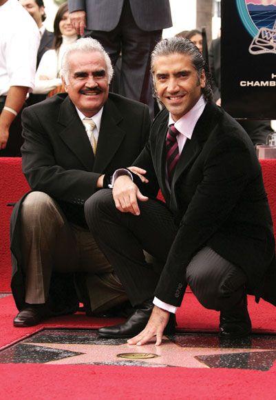 El cantante Vicente Fernández y su hijo, el también cantanteAlejandro Fernández