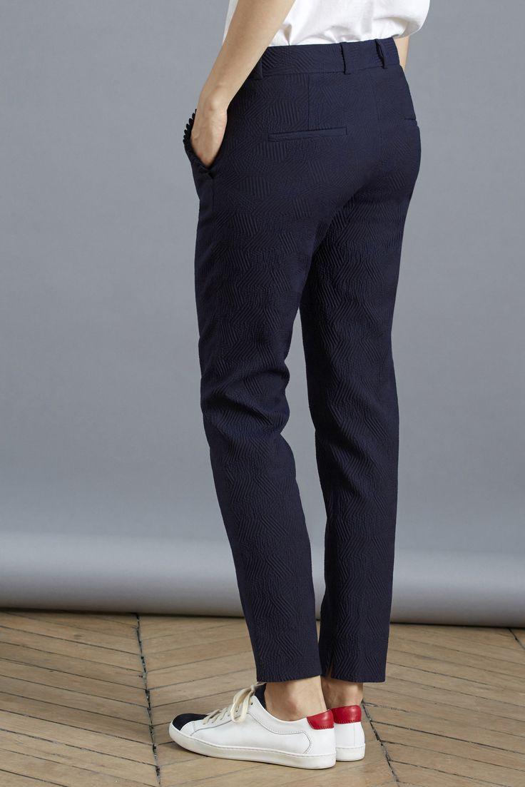 """<p>Gédéon, ou notre incontournable Gaston en version revisitée ! Il a été modifié selon vos demandes : un peu plus de largesse aux hanches pour plus de modernité et une taille encore mieux dessinée. Celui-ci se mixe aussi bien avec notre Bisou pour une tenue décontractée qu'avec notre blouse <span style=""""color: #000000;""""><a href=""""https://www.balzac-paris.fr/blanche.html"""" target=""""_blank""""><span style=""""color: #000000;"""">..."""