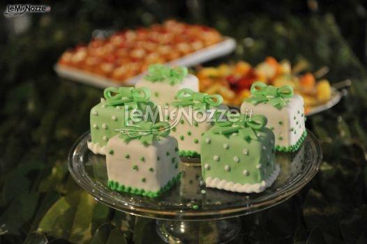 http://www.lemienozze.it/operatori-matrimonio/luoghi_per_il_ricevimento/terrazza-matrimoni-napoli/media/foto/8  Minicake bianche e verdi per il matrimonio