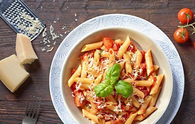Rychlé penne s rajčatovou omáčkou a sýrem Grana Padano