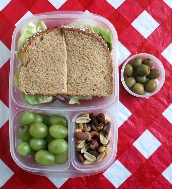 paine integrala, sunca de curcan, salata, branza topita, struguri, alune si masline verzi
