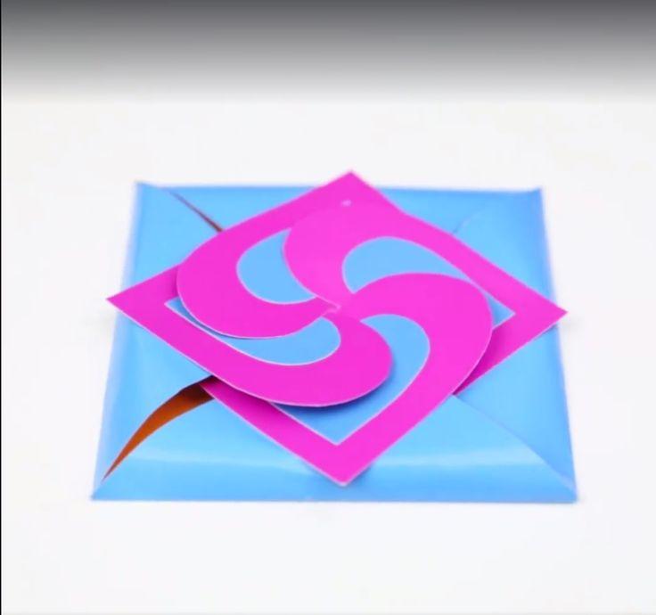 Geen inspiratie voor een kaartje? Of zin om zelf eentje te maken? Hier is de oplossing! Dit heb je nodig Depatronen (die kan je hieren hier printen ) Een schaar Lijm Een lat Gekleurd papier Aan de slag Knippen Teken de patronen over op gekleurd papier en knip ze uit. Vouwen Gebruik een lat om … Continued