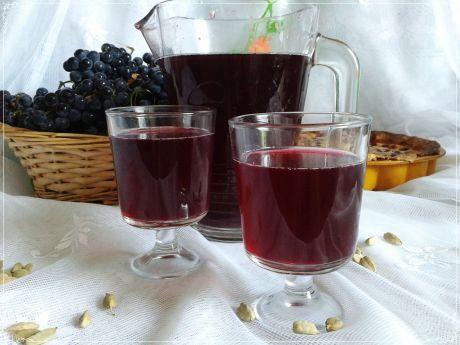 Kompot z polskiego winogrona z kardamonem. Wspaniały kolor i smak.