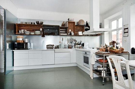 Te weinig opbergruimte in je keuken? Deze oude houten kratten zijn een leuke oplossing voor je probleem. Eenfruitteler in de buurt heeft ze vast nog wel staan.