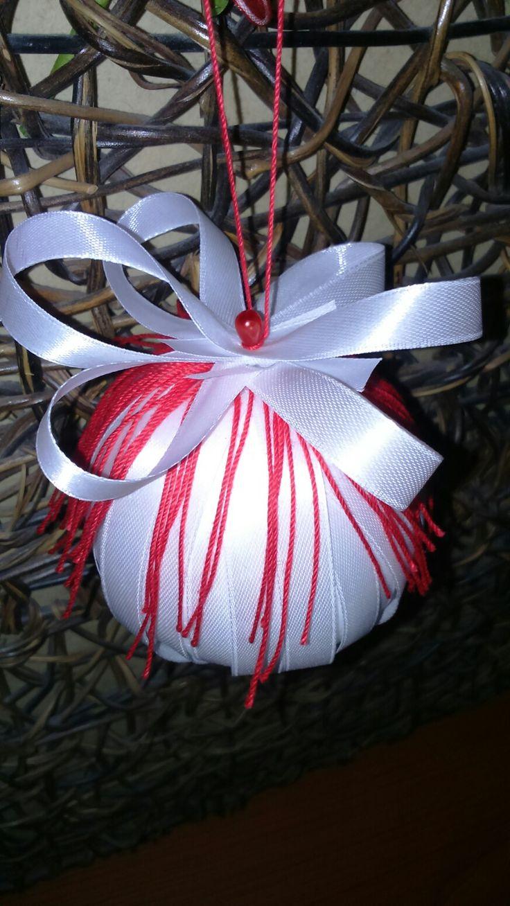 Addobbi Natalizi fai da te.. Pallina di polistirolo rivestita con nastrino di raso bianco e frange di cotone rosso..