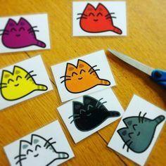 Les chats de couleur - Voici un jeu que j'ai prévu de faire avec des élèves de petite section pour favoriser l'apprentissage des couleurs : Les chats de couleur. J'ai prévu de travailler sur les couleurs suivantes : Blan...