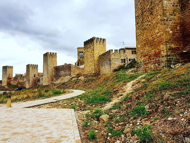 Imagina un espacio habitado por reyes, nobles a caballo, juglares, obispos y labriegos... (@jorsureda / Instagram) #Navarra