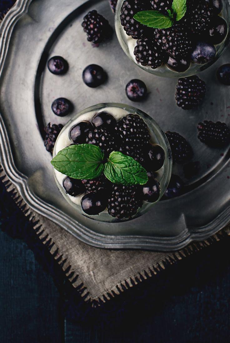 Kraina Sosny: mus z białej czekolady z owocami leśnymi