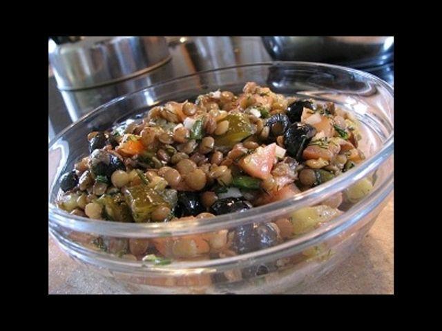Luštěniny jsou nejen chutné, ale hlavně zdravé, proto bychom si měli jednou za čas připravit třeba tento čočkový salát.