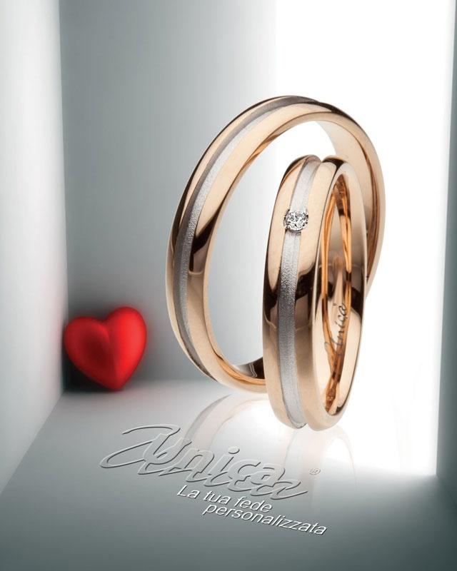 Unica ... la tradizione rinnovata con semlicità ...il caldo dell' oro Rosè lavotato a tutto tondo con l'nnovazione di un intarsio in oro Bianco perlato... il diamante segreto ed eterno simbolo del tuo io...