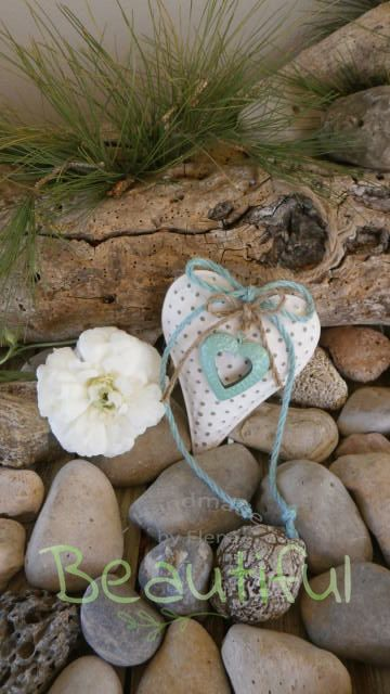 Μπομπονιέρα. Μπομπονιέρα Γάμου καρδιά, μεταλλική λευκή με φιογκάκια από λινάτσα και διακοσμητική μεταλλική καρδιά πετρόλ χειροποίητο.