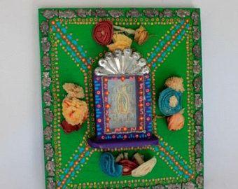 VENTE! Était de $39 maintenant 34 $ Magnifique plaque en bois qui a été peint en turquoise, bleu ciel et rose avec beaucoup de détails de couleur vives.  Je l'ai décoré cette plaque en bois rectangle dans mon style mexicain avec détail vif dynamique. Dans le centre est une belle image vintage de la Vierge Guadalupe entourée de roses. L'image est monté de sorte qu'il est légèrement 3D de la surface de la plaque.  Cette pièce a beaucoup de détails de peint à la main et a été faite avec une…