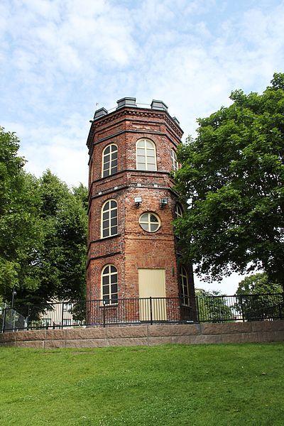 Koff tower (1854) Kuva: Arkkipuudeli - Nikolai Sinebrychoff (1789-1848) perusti 1819 (Suomen vanhimman) panimon Viaporiin.V.1822 hän siirsi panimonsa Hietalahteen.Nikolai rakennutti palatsimaisen konttori- ja asuintalon Bulevardille.Sen eteläpuol.hän rakennutti englantil.puiston,jossa oli 3 lampea,näköalatasanne,huvimaja,kaarisiltoja,kukkaryhmiä,levähdyspaikkoja ja suuria puita.Puisto oli 5:n hehtaarin kokoinen,ja siellä saattoi harrast.pyöräilyä.