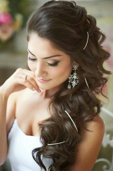 Coiffure mariée pour les brunes et avec accessoires: http://www.lothmann.com/coiffure-de-mariage-tendance-2015/