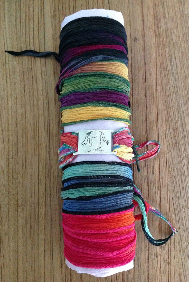 Pulsera con forma rectangular de plata de ley 925 con cintas de seda multicolor ribeteadas. Su acabado es mate. #Regalos #Joyas #Personalizado #Artesano #Midibu4U