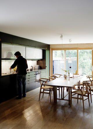 Samlingspunkt: Kjøkkenet er stort, og har plass til alle rundt det tre meter lange bordet.