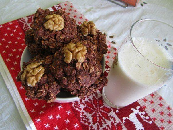 Овсяно-шоколадное печенье  85 граммов овсяных хлопьев;  1 ст. л какао;  0,5 ч. л. разрыхлителя;  ваниль, соль;  100 мл.молока;  68 гр.банан спелый;  1 ст.л. кокосовой стружки;  сахарозаменитель.   Овсяные хлопья, половину измельчи в муку, половину оставь так как есть. Добавь какао, разрыхлитель, ваниль, сахарозаменитель, соль кокосовую стружку. Смешай в блендере молоко с бананом и влей в овсяную смесь. Перемешай, сделай печенье и выложи его на противень с пергаментом. Выпекай 15-20 минут.