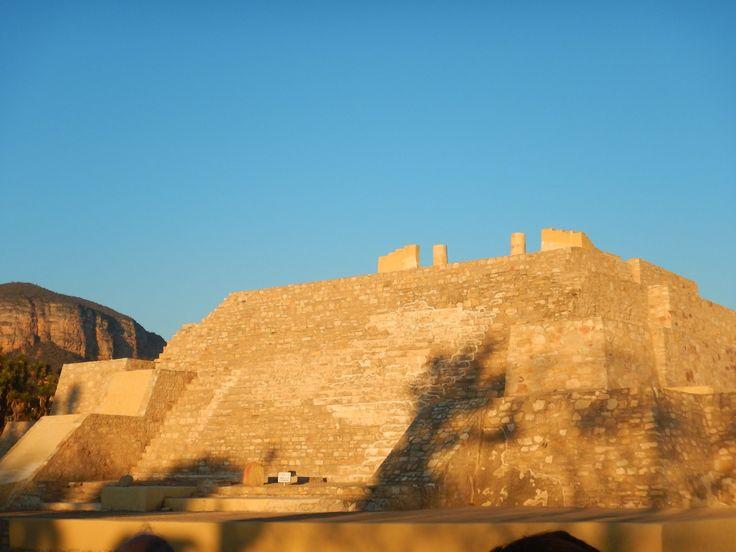 Una fortaleza prehispánica en el estado de Puebla: Tehuacán Viejo -  A lo largo de la historia prehispánica se fueron originando diversos tipos de ciudades. Las que se construyeron a la orillas de los ríos o lagos, o incluso el mar, como la famosa ciudad de Tulúm, las que se construyeron en zonas desérticas, como es el caso de Paquimé en Chihuahua, las que se encuentran en zonas boscosas, como Tingambato en Michoacán y las ciudades que se construyeron a manera de fortalezas, como es la muy…