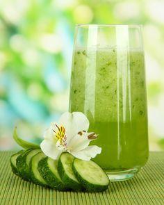 Cora hat einen grünen Smoothie erfunden, der sie nach dem Sport mit Energie und Vitaminen versorgt. Er ist äußerst gut bekömmlich, das enthaltene Gemüse kommt geschmacklich nur ganz leicht zur Geltung.  Cora's Zumba Smoothie - Zutaten   2 handvoll frischen Blattsalat 1/2 Salatgurke 1 Banane 1 Birne ca. 15 Erdbeeren (optional: