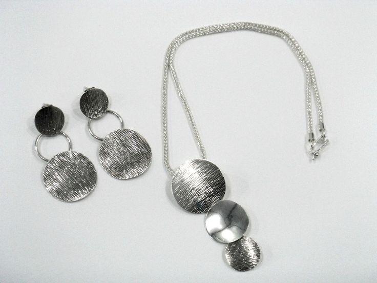 Colgante y pendientes de círculos texturados y lisos elaborados en plata 950. Silvia Tapia.