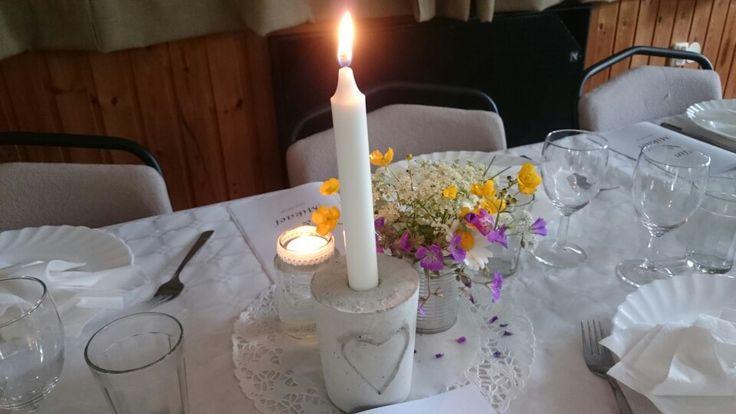 Betong ljusstake dukning till midsommarbröllop.