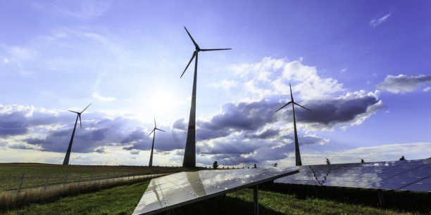 En présentant leurs résultats semestriels, les deux énergéticiens français ont affirmé qu'ils étaient en ligne avec leurs plans de transformation, et souligné le rôle croissant des énergies renouvelables et des services énergétiques dans leurs activités. Leurs dirigeants entretiennent à distance la polémique sur la fin des tarifs réglementés d'électricité.