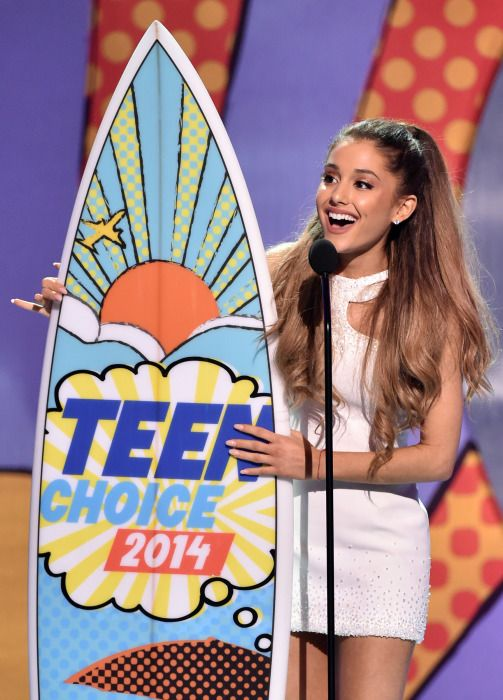 Ariana Grande wins #ChoiceFemaleArtist in 2014 Teen Choice Awards! Let's do it again for #ChoiceFemaleArtist in 2017. Share this with arianators. //@sabaribello