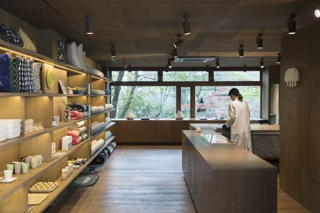 2017年4月1日、大正時代に建てられた古民家をもとに、金沢に初となる新店舗をオープンしたばかりの「ミナ ペルホネン」。その約20…