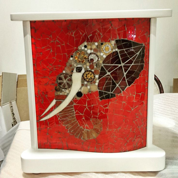 Yer aydınlatma Beyaz ahşap kasa içinde bombeli cam üzerine mozaik çalışma. Desen baran taşçı. Uygulama hilal taşçı