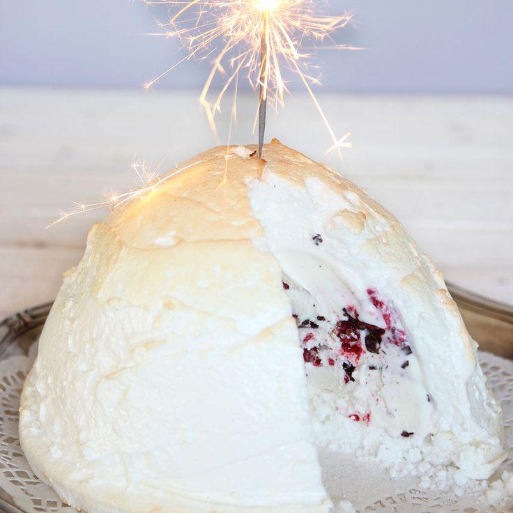 En lyxig glassbomb på en frasig marängbotten med ett ljuvligt marängtäcke som gratineras i ugnen. Vaniljglass, hallon och krossad choklad – mums!